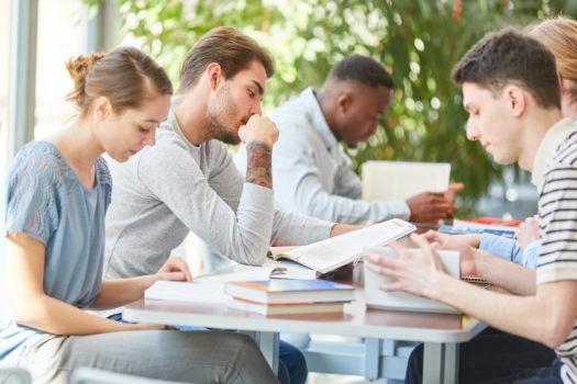 Gruppe Studenten lernt zusammen als Team im College oder der Uni